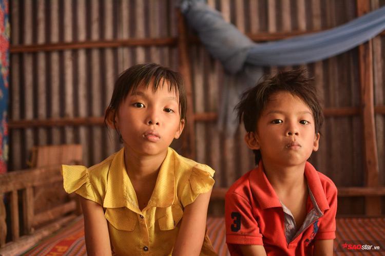 Hằng ngày, cái Thi (10 tuổi) đạp con xe đến điểm trường cách nhà 4km đi học, buổi nghỉ thì giúp má nhặt rau, mò cua bắt ốc phụ thêm bữa ăn.