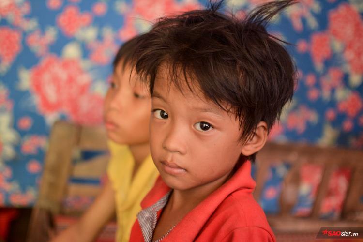 Còn thằng Văn dù đã lên 7, vẫn chưa một lần được đến trường.