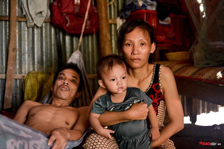 Gần 2 năm nay, cuộc sống của gia đình anh Sơn từng ngày trôi qua trong cùng cực, sau bản án tử thần giáng lên đầu.