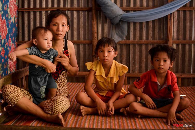 Những đứa con nheo nhóc chỉ quanh quẩn bên nhà, nhìn cha đang từ từ rơi vào cái chết.