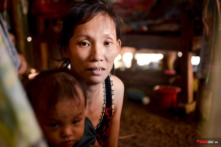 Chị Kiều phải dứt sữa đứa con trai 8 tháng tuổi, lặn lội lên Sài Gòn nuôi chồng.