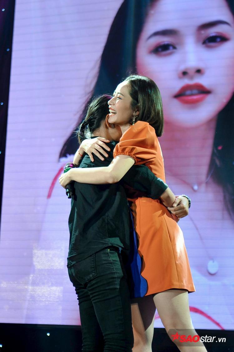 Cô vui vẻ ôm chầm một bạn fan đã không ngại đường xa chỉ để gặp thần tượng.