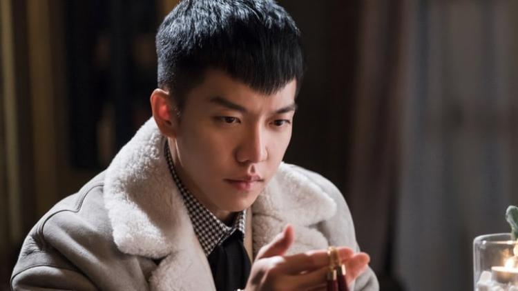 """Cũng như Lee Jong Suk, ca sĩ kiêm diễn viên Lee Seung Gi nhận được khoảng 120.000 đến 140.000 USD cho mỗi tập phim """"Hoa Du Ký"""". Mặc dù bộ phim bị mất rất nhiều khán giả do vụ tai nạn đáng tiếc của nhân viên tại trường quay, lỗi kỹ thuật,…nhưng anh vẫn kiếm được gần 2,1 triệu đô la trong 20 tập."""
