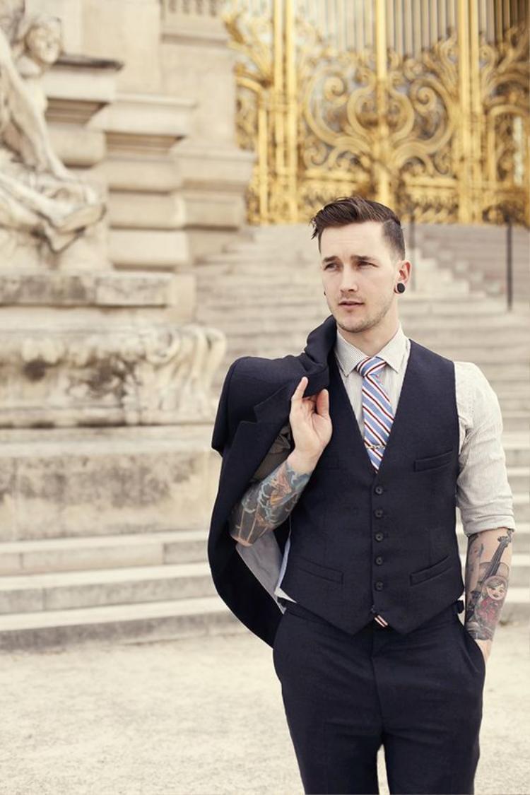 Đằng sau một chàng trai với bộ suit lịch lãm có thể là một cơ thể với nhiều hình xăm, và điều này không thể là một tiêu chí đánh giá đạo đức của anh ta.