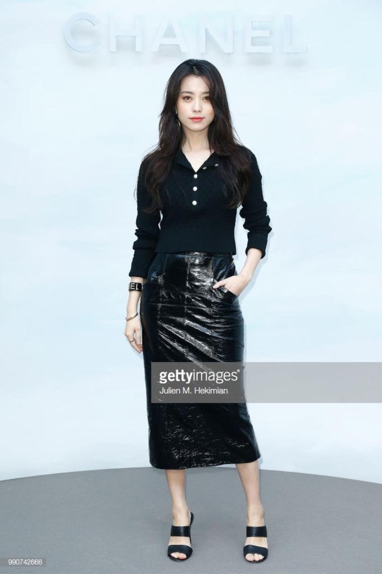 Han Hyo Joo diện trên người bộ trang phục kèm phụ kiện màu đen, làm nổi bật làn da trắng như tuyết của mình.