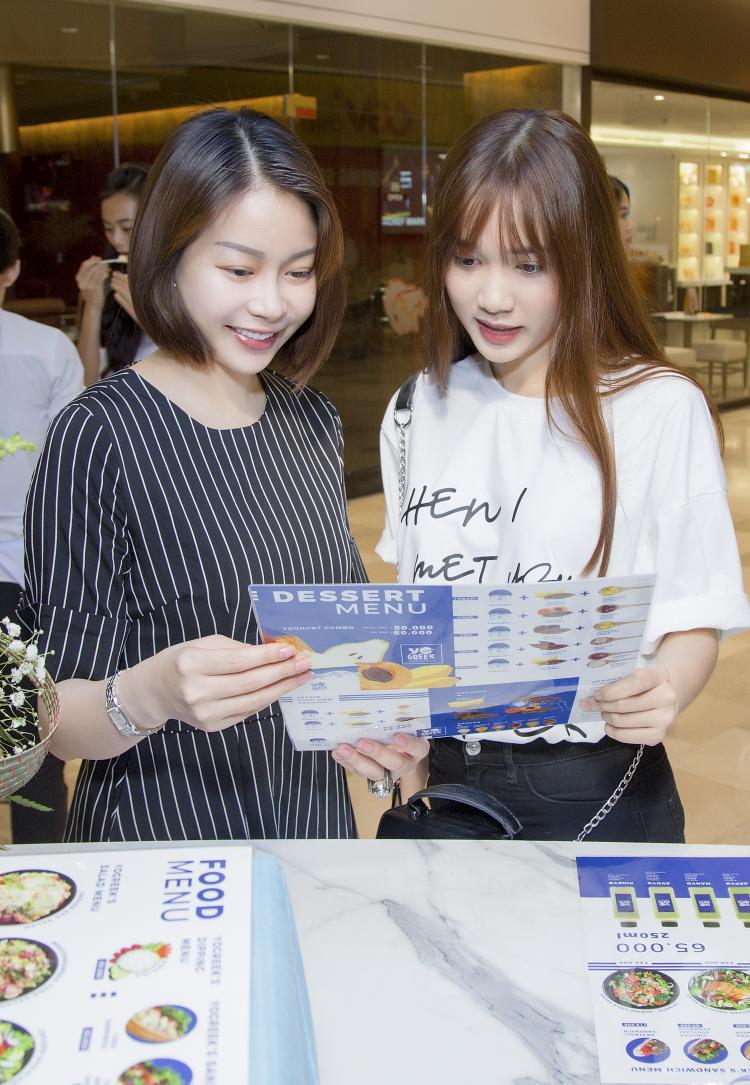 Không chỉ gửi những lời chúc tốt đẹp đến người bạn thân thiết, Giám đốc quốc gia của Miss Supranational Vietnam 2018 còn vui vẻ ủng hộ món sữa chua chất lượng, giàu giá trị dinh dưỡng từ thương hiệu trên.