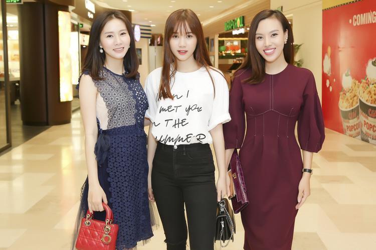Người đẹp chụp ảnh lưu niệm cùng chân dài Quỳnh Hương (giữa) và Á hậu Duyên Trần.