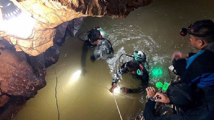Đội lặn lực lượng SEAL của Hải quân Thái Lan đang nỗ lực hết sức để tìm cách đưa 13 thầy trò đội bóng tới nơi an toàn. Ảnh: AFP/Getty