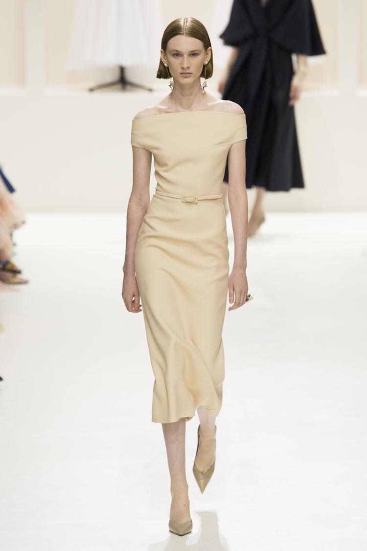 Không thiên vào việc đính kết, Maria Grazia Chiuri khẳng định rõ tuyên ngôn thời trang Couture mà Dior muốn hướng đến qua các phom dáng cắt may tối giản.