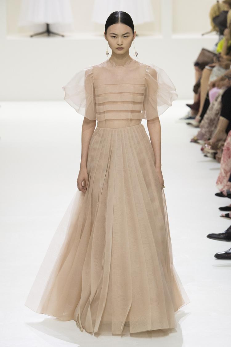 Các lớp vải tuyn, những mẫu váy xếp pli bay bổng… gợi nên một giấc mơ thanh xuân mà nhiều cô gái từng mơ đến.