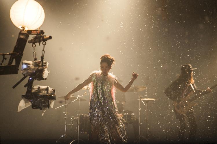 Diva Hà Trần vẽ bức tranh cô độc đến ám ảnh, ra mắt MV nối dài dự án từ 2014