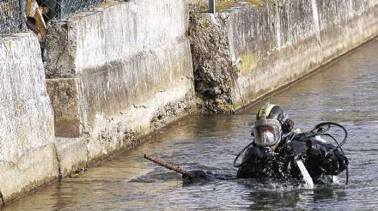 Cảnh sát tìm kiếm chiếc vali chứa một phần thi thể của nạn nhân bị vứt trên sông.