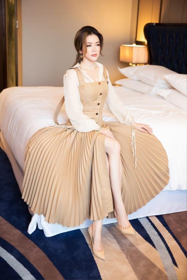 Nữ doanh nhân ngoài 30 khoe vẻ trẻ trung, sang trọng với một thiết kế được phối hợp tinh tế.