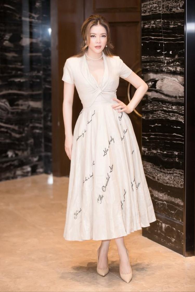 Vẻ nữ tính được tôn lên với phần chân váy xòe chất liệu voan mềm mại, nhấn nhá bằng những họa tiết in chữ nhã nhặn. Tổng thể đơn giản nhưng tạo được sự dịu dàng đầy cuốn hút.