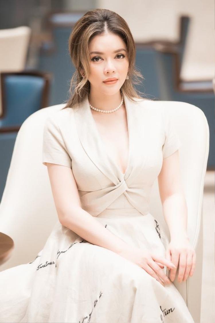 Một thiết kế nhẹ nhàng, thanh lịch với chất liệu vải mềm mại giúp người đẹp gốc Vũng Tàu tôn lên vẻ dịu dàng và làn da trắng sứ.