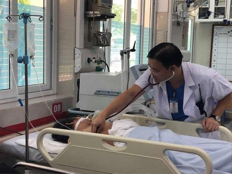 Bệnh nhân được các bác sĩ tiến hành cấp cứu.