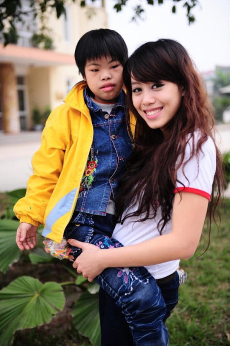 Hình ảnh Diễm Quỳnh tham gia hoạt động từ thiện trong khuôn khổ cuộc thi