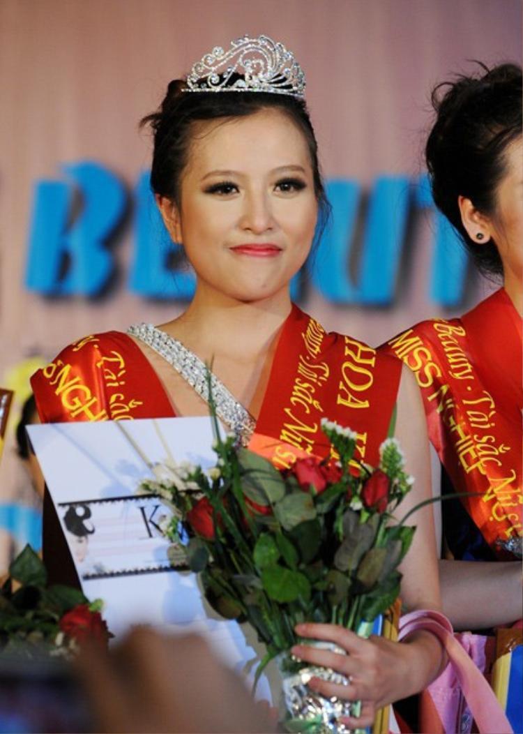 Đoàn Mỹ Anh sinh năm 1993 là cái tên đã đăng quang Press Beauty 2012. Khi ấy cô nàng đang theo học lớp Truyền hình K31A1, khoa Phát thanh Truyền hình