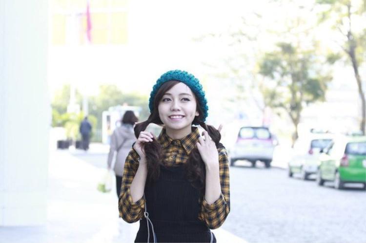 Không chỉ gây ấn tượng bởi nhan sắc xinh đẹp, Linh còn là gương mặt tiêu biểu của trường khi giành rất nhiều thành tích trong cả học tập lẫn công tác đoàn