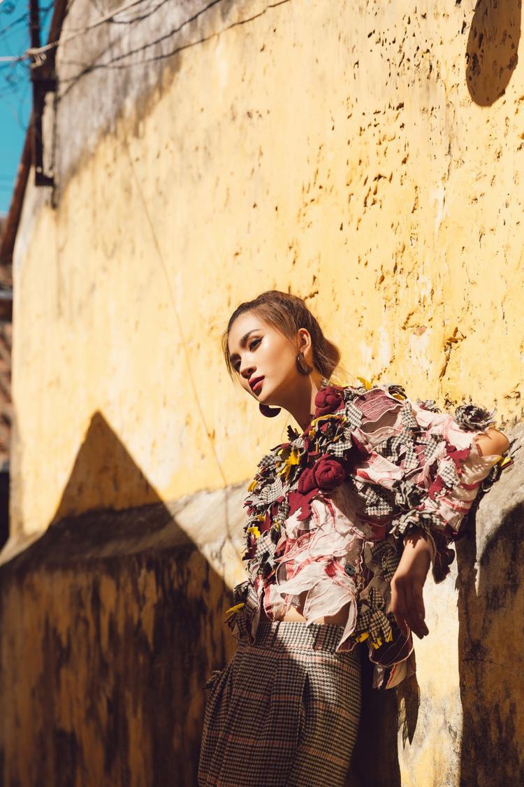 Không chỉ có khuôn mặt đẹp, Kim Tuyến còn lựa chọn những trang phục phong cách Couture rất sang trọng, bắt mắt của nhà mốt Yaly để khoe khéo vóc dáng cao ráo, quyến rũ.