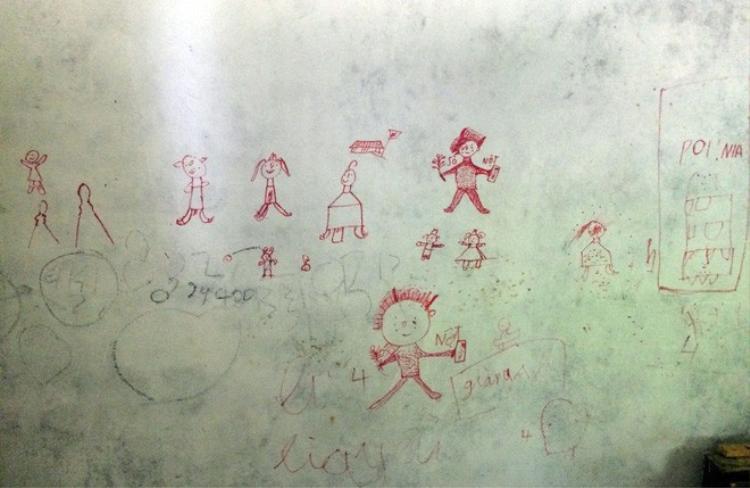 Các bức tường trong nhà ông trùm có nhiều hình trẻ con vẽ.