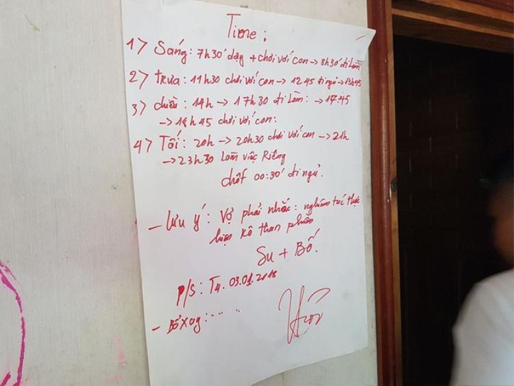 Giấy viết quy định dán trên bức tường.