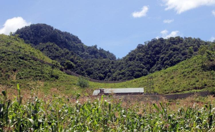 Căn nhà nằm cách mặt đường thôn khoảng 200m2.