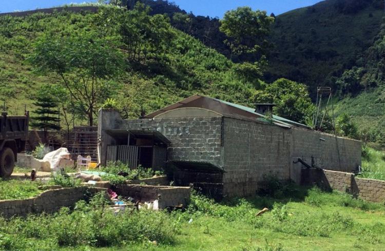 Căn nhà xây tường bao quanh kiên cố.