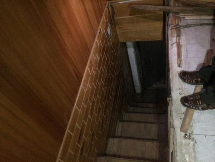Trong nhà có một lối chui xuống căn hầm nằm sâu dưới đất.