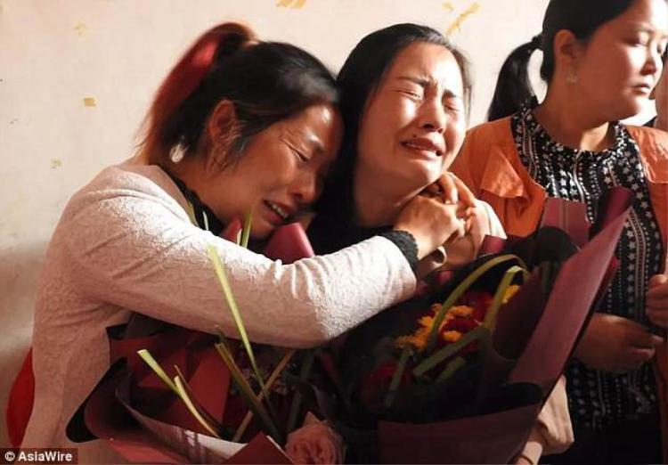 Hai mẹ con chị Wang ôm nhau xúc động sau khi xa cách 21 năm do bị bắt cóc.