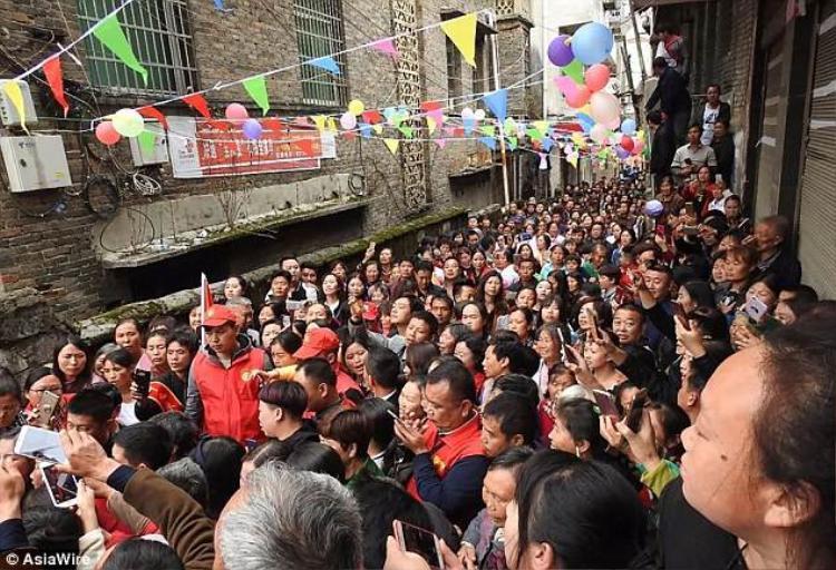 Hàng trăm người dân địa phương kéo đến để chứng kiến khoảnh khắc thiêng liêng cũng như chúc mừng cô gái mất tích hơn 2 thập kỷ.