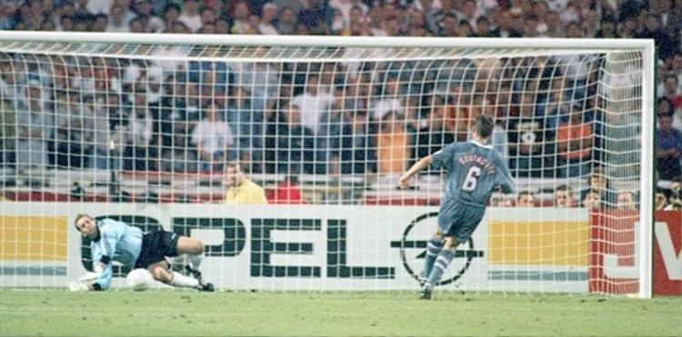 Southgate chính là tội đồ đá hỏng quả luân lưu cuối cùng khiến ĐT Anh thất bại trước ĐT Đức ở bán kết EURO 1996 được tổ chức ngay tại quê nhà.