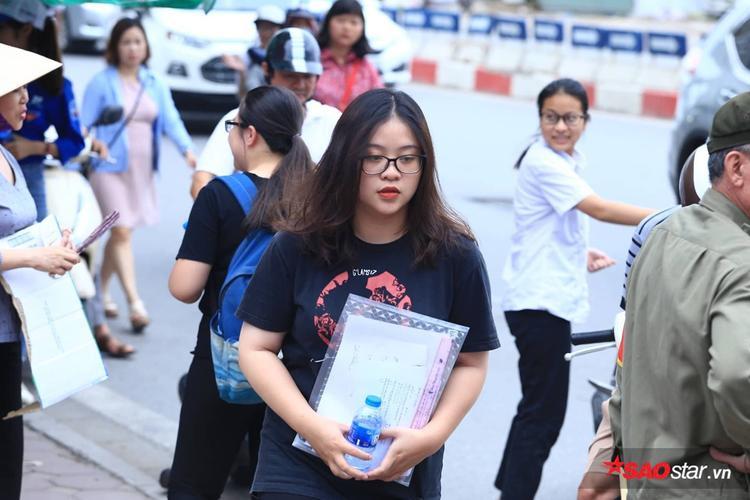 Nhiều thí sinh buồn rầu khi rời phòng thi vì đề quá khó.