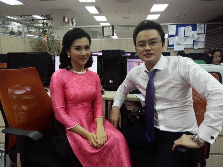 BTV Khánh Trang chụp ảnh cùng BTV Hữu Bằng.