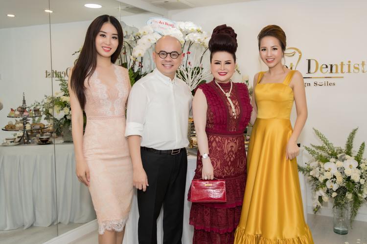 Á hậu Minh Phương (bìa trái), doanh nhân Dương Quốc Nam và người bạn đến chúc mừng Phượng Nguyễn.