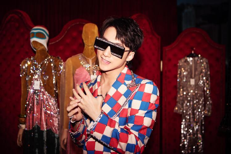 """Nam ca sĩ gây ấn tượng với phong cách thời trang """"đỉnh"""" và nhan sắc 'vạn người mê"""" tại sự kiện thời trang Gucci."""
