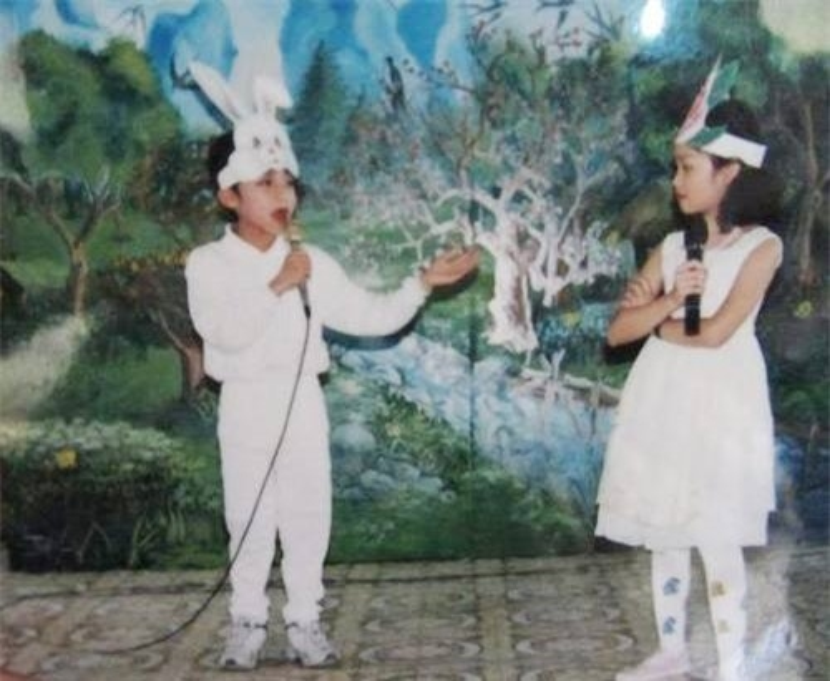 """Sơn Tùng bộc lộ tài năng ca hát từ nhỏ, sở hữu """"nhan sắc trời cho"""", cậu bé thu hút mọi ánh nhìn."""