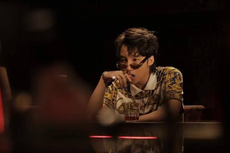 """Trong MV """"Chạy ngay đi"""" phiên bản Remix được tung ra nhân dịp kỉ niệm sinh nhật lần thứ 24, Sơn Tùng MTP xuất hiện với mái tóc đen cá tính. Có thể nói, sở hữu nhan sắc bất biến, Sơn Tùng được xem là """"mỹ nam"""" thu hút nhất nhì showbiz Việt!"""