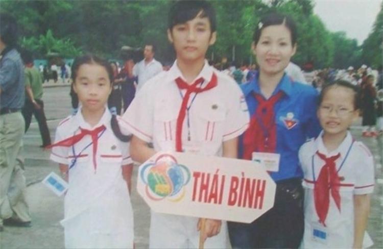 """Vào thời điểm học cấp 2, nam ca sĩ """"Chạy ngay đi' bắt đầu để mái xéo - mái tóc thương hiệu của Sơn Tùng, thân hình khá gầy và đen."""