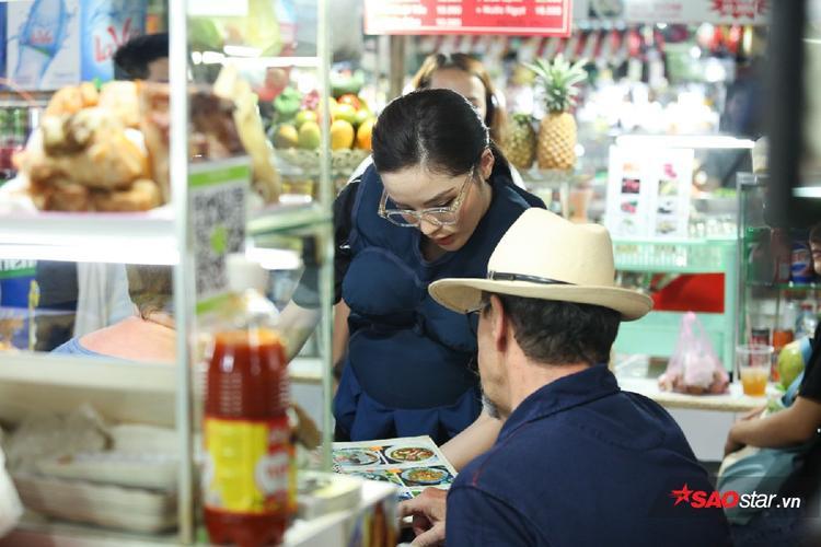 Cô chủ quán Kỳ Duyên chu đáo giới thiệu món ăn với khách hàng.