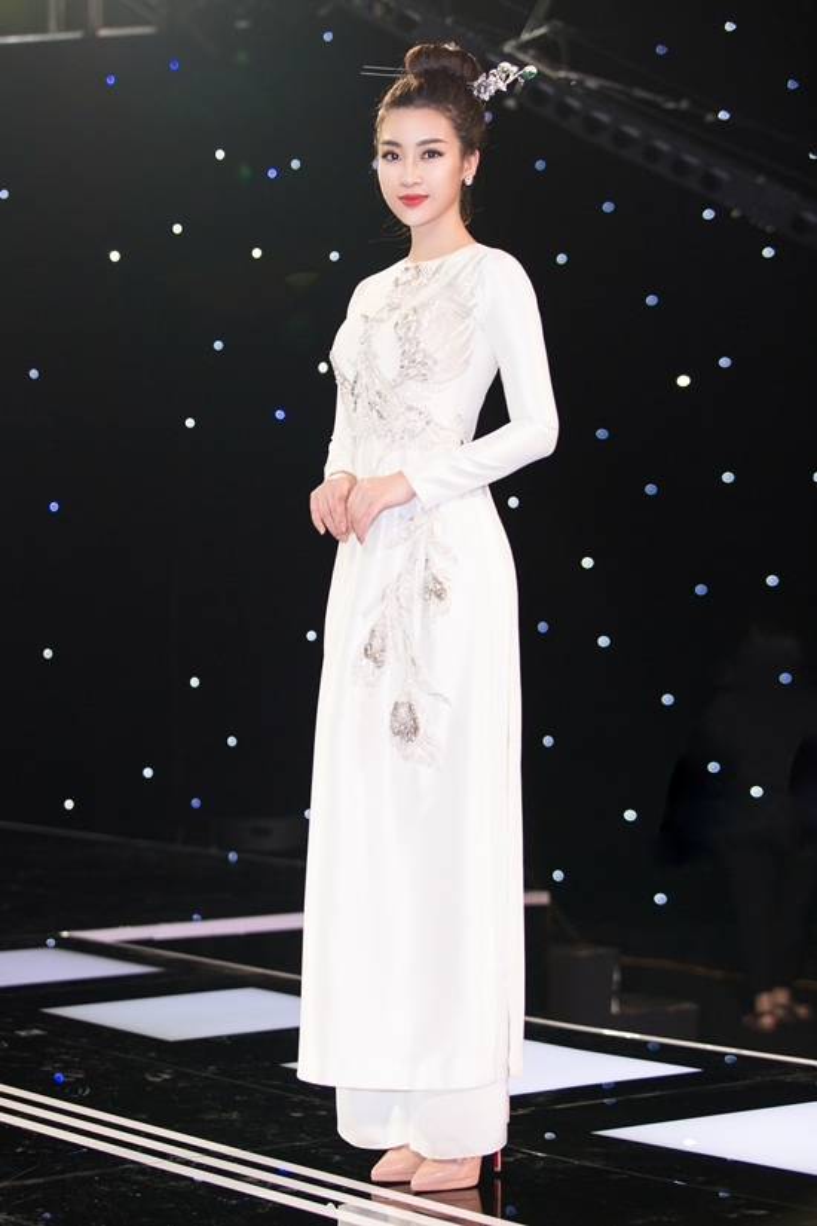 Hoa hậu Đỗ Mỹ Linh hóa nương nương xinh đẹp nhưng lại quậy banh sân khấu