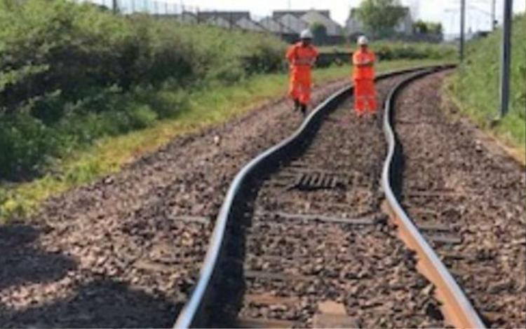 Một số tuyến đường sắt bị biến dạng và bóp cong, khiến nhiều chuyến tàu phải dừng lại giữa chừngtrên đoạn đường gần ga Carlisle.Tuyến đường sắt từ London Waterloo đến New Malden, tốc độ các chuyến tàu bị hạn chế khiến nhiều dịch vụ đi kèm bị chậm trễ.