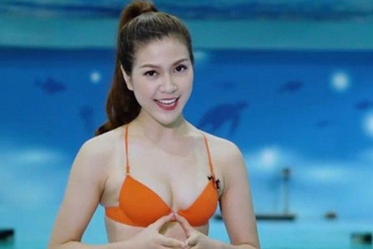 """Thu Hằng gây sốt khi trở thành MC đầu tiên của Việt Nam """"táo bạo"""" mặc trang phục bikini lên truyền hình, dẫn chương trình dự đoán tỷ số World Cup."""