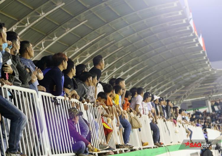 Khán đài sân Pleiku luôn đầy ắp khán giả.