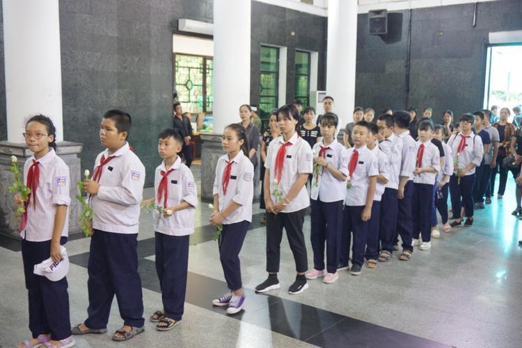 Kể từ khi nghe tin bé Vân Nhi qua đời, các bạn học cùng lớp 6A9 Trường THCS Phan Chu Trinh, Hà Nội đã đến tiễn biệt em lần cuối. Trước đó, những học sinh này cũng đã đếnBệnh viện Nhi Trung ương thăm hỏi, khi ấy Vân Nhi đã chết não, trải qua 8 ngày hôn mê hoàn toàn rồi trút hơi thở cuối cùng.