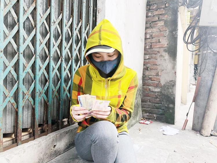 Mặc dù liên tục làm việc vất vả dưới cái nắng chói chang, nhưng thu nhập làm thêm chỉ đủ cho cô sinh viên trẻ chi trả tiền nhà và ăn một cách tiết kiệm.
