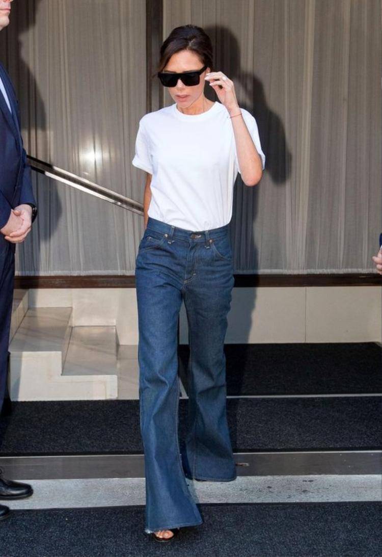 Victoria Beckham là một trong những người yêu thích mốt quần ống rộng này.