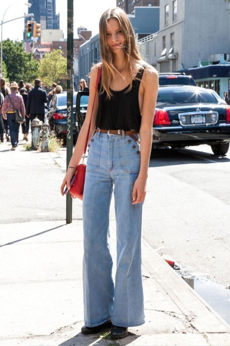Jean lụa mềm mại hoặc jean thun co giãn sẽ là chất liệu cực kỳ phù hợp và thoải mái trong hè.