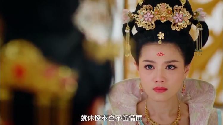 Trần Minh Phong cũng hùa theo Hoàng Hậu mà khóc lóc bảo Trịnh Chiêu Nghi sau nỗi đau mất long duệ mà suy nghĩ lệch lạc, dùng nhục hình tra khảo ép hắn khai man
