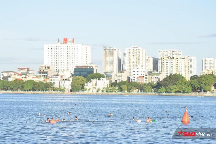 Bãi tắm Hồ Tây từ lâu đã được mọi người coi như là biển nước ngọt giữa lòng thành phố.